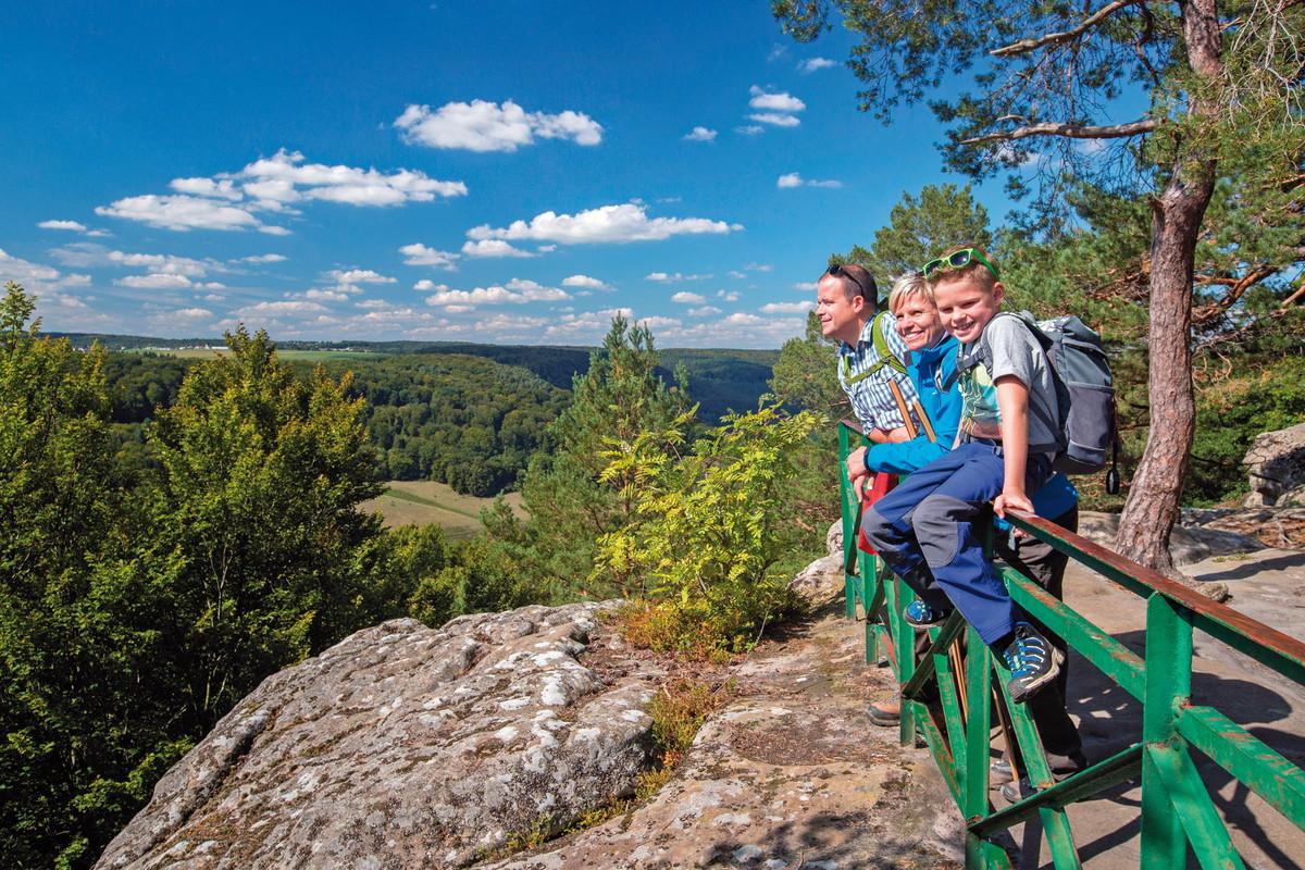 Eine schöne Aussicht auf das Tal der Schwarzen Ernz bietet das Plateau Ruetsbech auf Route 2 in der Nähe von Berdorf.