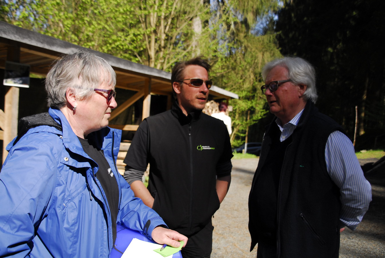 Wegemangager B. Stumpf im Gespräch mit dem Hauptvorsitzenden D. Frank und der Geschäftsführerin M. Roßner