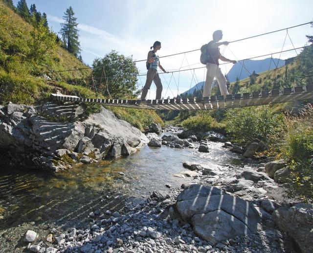 Brücke über den Krumbach an der Grenze zwischen Tirol und Vorarlberg