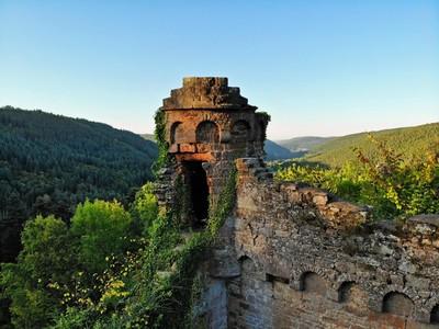 Turm Wildenberg und sandsteinerne Sagenfiguren: Der Nibelungensteig zeigt seinen Besucher*innen die Kulturgeschichte der Region. Doch das ist längst nicht alles.
