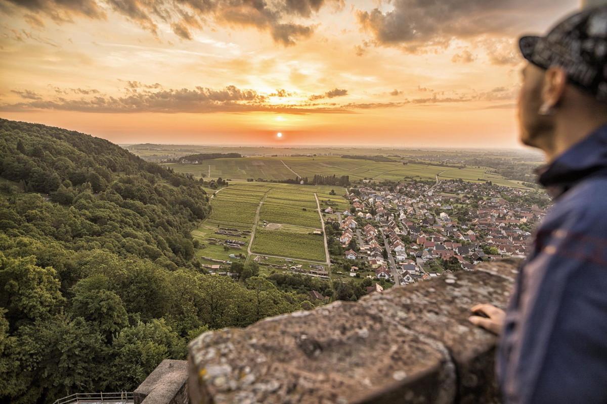 Sonnenaufgang bei Burg Landeck. Die Burg ist eine von vielen im Pfälzer Wald.