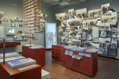 Die Räume im Museum sind thematisch eingerichtet: Hier geht es um das Ankommen in der Nachkriegszeit.