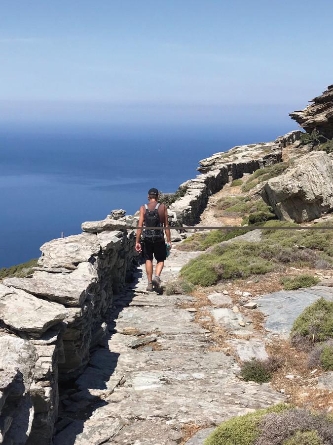 Wandern an der Küste auf dem Andros Trail